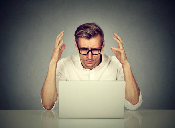 stressed man working on computer. - powolny zdjęcia i obrazy z banku zdjęć