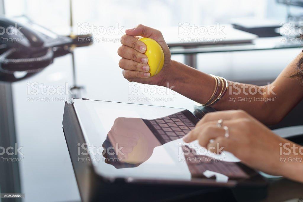 Gestresste Büroangestellter mit anti-stress-ball Arten E-Mail – Foto