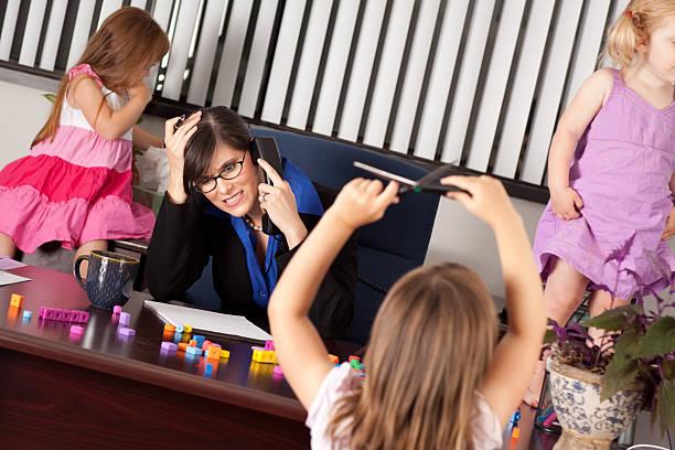 gestresst geschäftsfrau mit kindern im büro - anti unordnung stock-fotos und bilder
