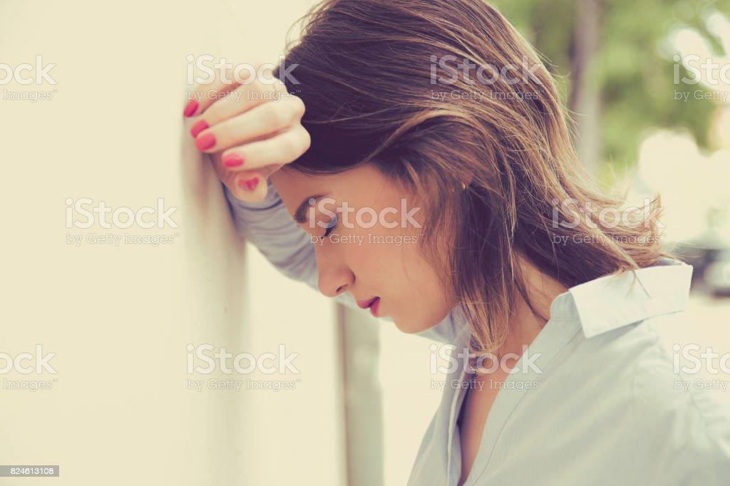 betonte traurige junge Frau im Freien. Stadt-urbanen Lebensstil-stress – Foto