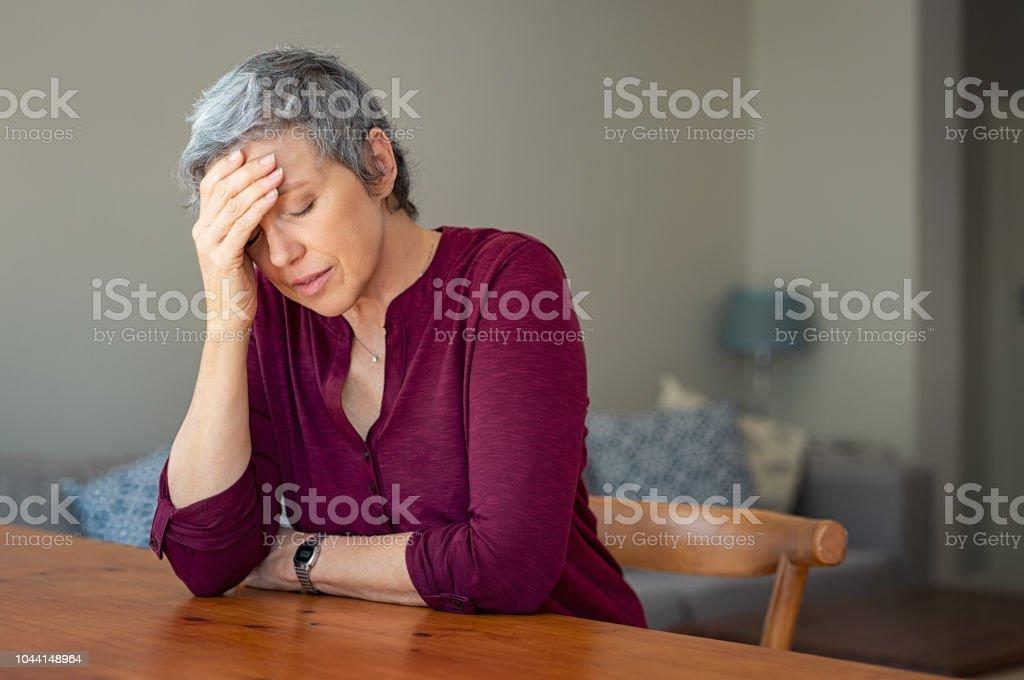Gestresste senior Frau zu Hause – Foto