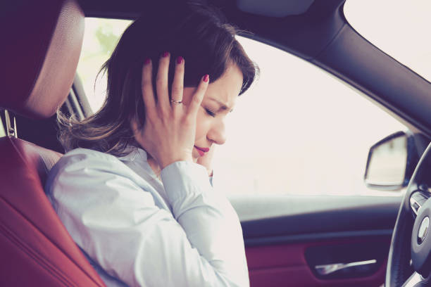 Destaca mujer conductora sentada dentro de su coche - foto de stock