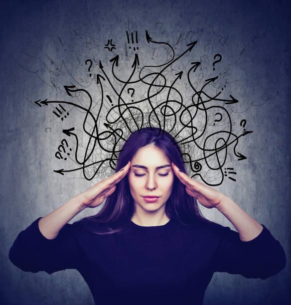gestresste frau hat zu viele gedanken - gedanken lesen stock-fotos und bilder