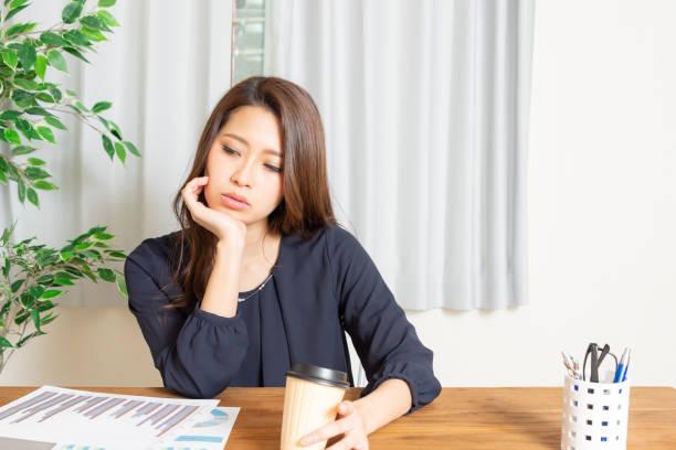 stressed woman - mano sul mento foto e immagini stock