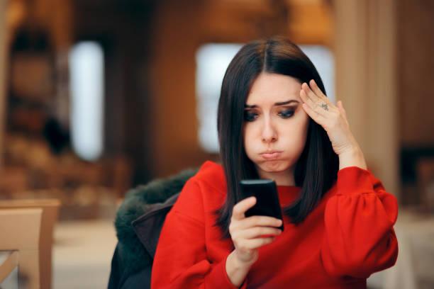 Gestresste Frau liest Textnachricht auf smartphone – Foto