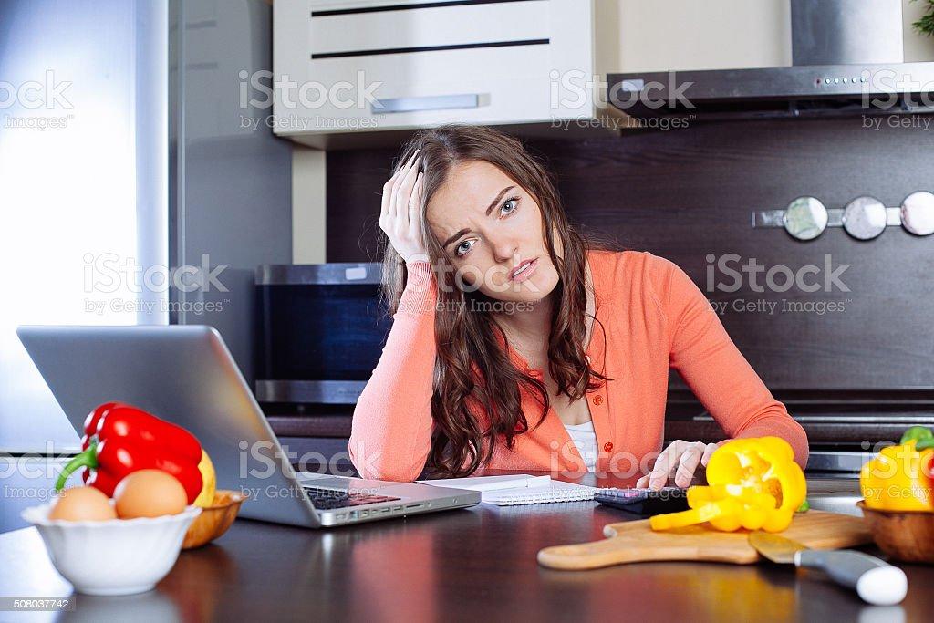 Gestresste junge Frau tut Banken- und administrativen Tätigkeiten ho – Foto