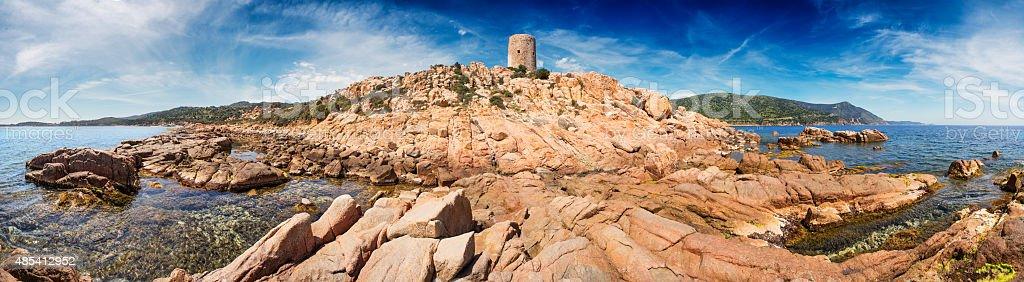 Faixa de litoral mediterrâneo da Sardenha, com antiga Torre - foto de acervo