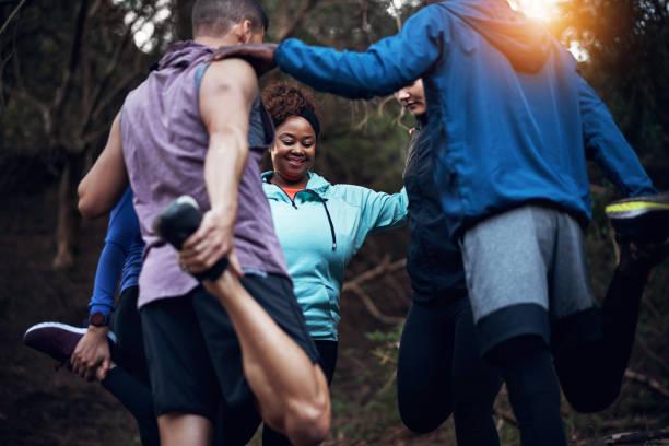 Stretching zusammen und helfen einander – Foto
