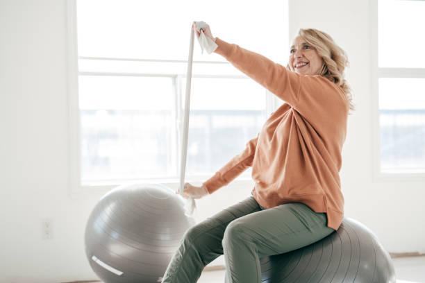 Dehnen Des Körpers nach 60 – Foto