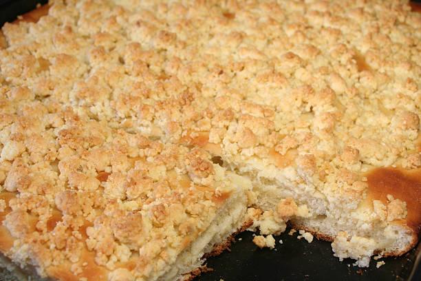 streuselkuchen oder krümel kuchen - tarte und törtchen stock-fotos und bilder