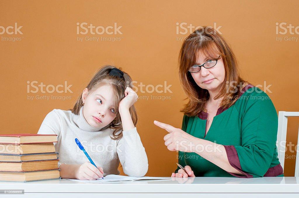 Rigorosos mulher professora pontos do aluno. - foto de acervo