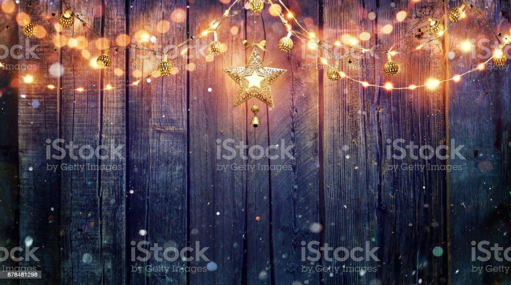Lichterkette hängen an Vintage Holz-Hintergrund – Foto