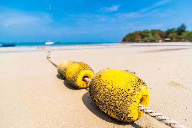 Eine Reihe von gelben Bojen am Strand für die Sicherheit Zonierung im Meer. Thailand. – Foto