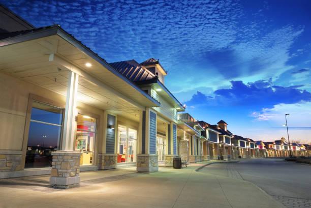 Strip Mall Building bei Sunrise – Foto