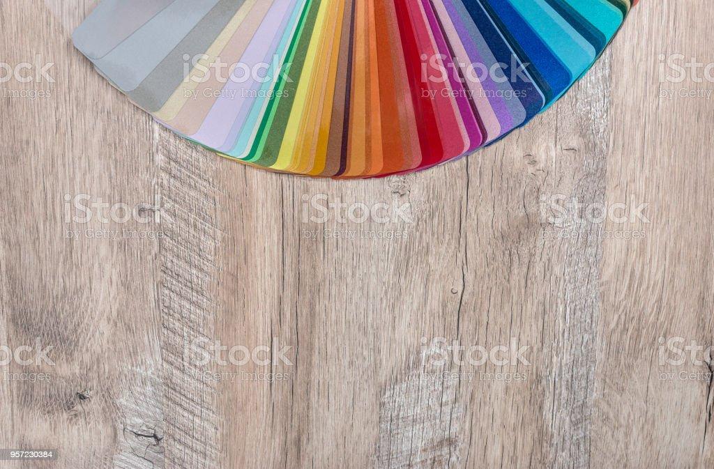 Gestreifte Farbe Sampler Auf Hölzernen Schreibtischhintergrund