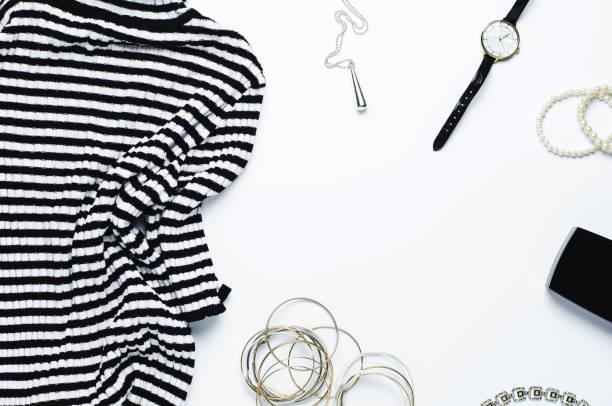 gestreifte feminine bluse und schmuck auf weißem hintergrund - modeschmuck online shop stock-fotos und bilder