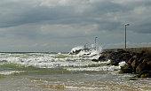 Sich brechende Wellen an einer Mole in DAnemark (LAkken)