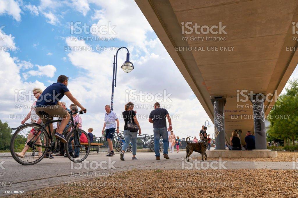 Spaziergänger an einem Sommertag in Magdeburg – Foto