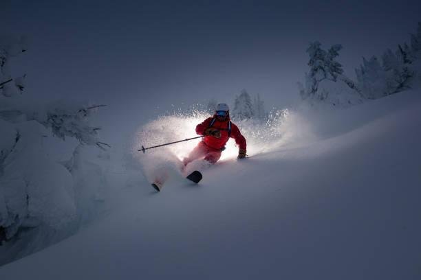 Strom Skifahren in frischem Pulver. – Foto