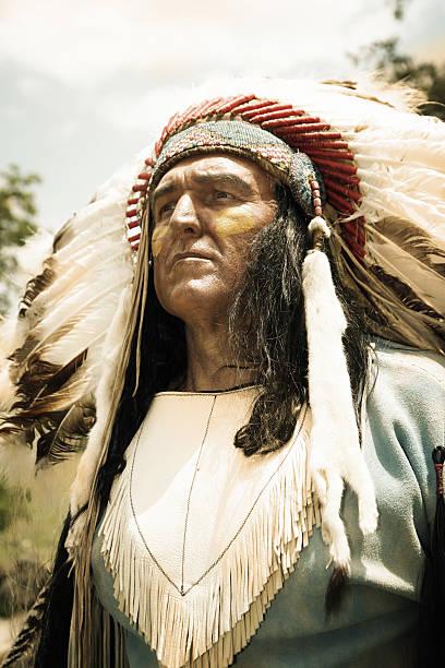 stark und weise - indianer kostüm herren stock-fotos und bilder