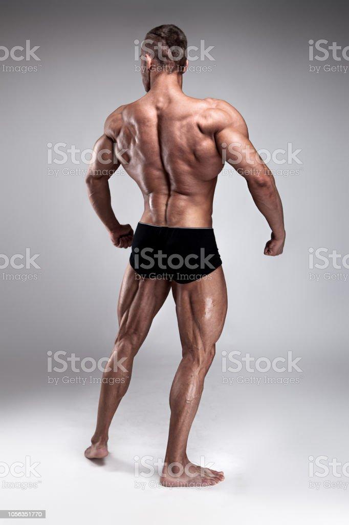 6e875d34e7c28f 背中の筋肉をポーズ強い運動男性フィットネス モデル ロイヤリティフリーストックフォト