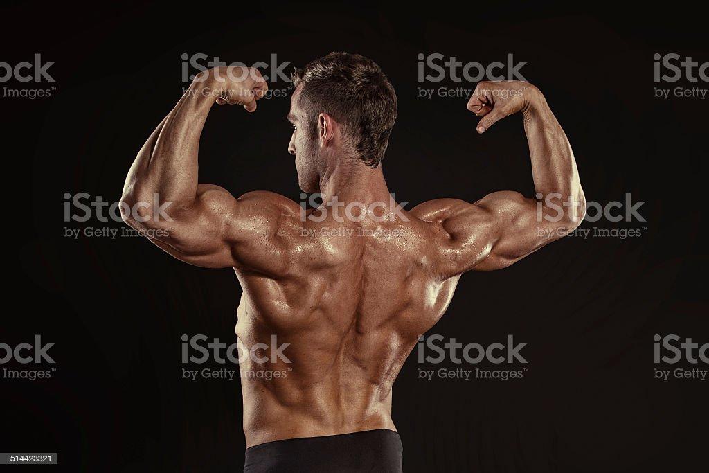 9b5a68dbc33dfc 強力なアスレチック男性フィットネスモデルのポーズをとる頭背中の筋肉 ...
