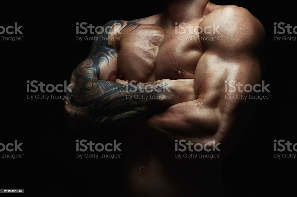 Strong athletic man showes naked muscular body – zdjęcie
