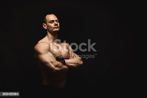 909486418 istock photo Strong athletic man showes naked muscular body 909485964