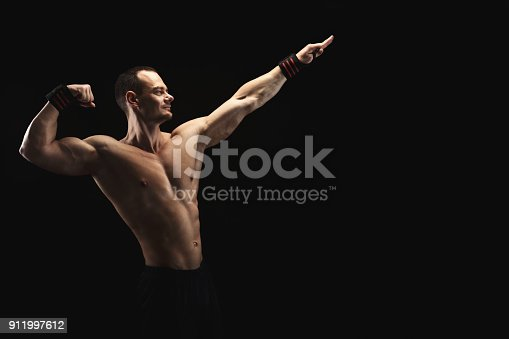 909486418 istock photo Strong athletic man showes naked muscular body 911997612