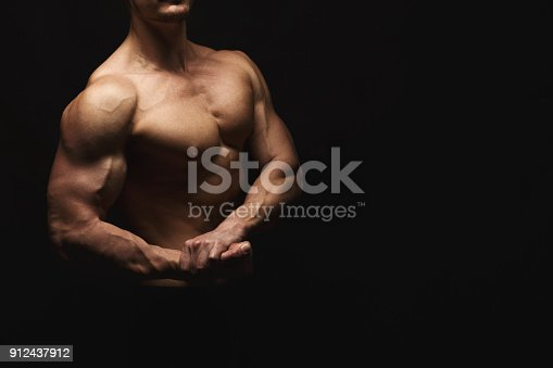909486418 istock photo Strong athletic man showes naked muscular body 912437912