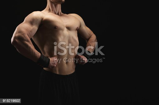 909486418 istock photo Strong athletic man showes naked muscular body 915219502