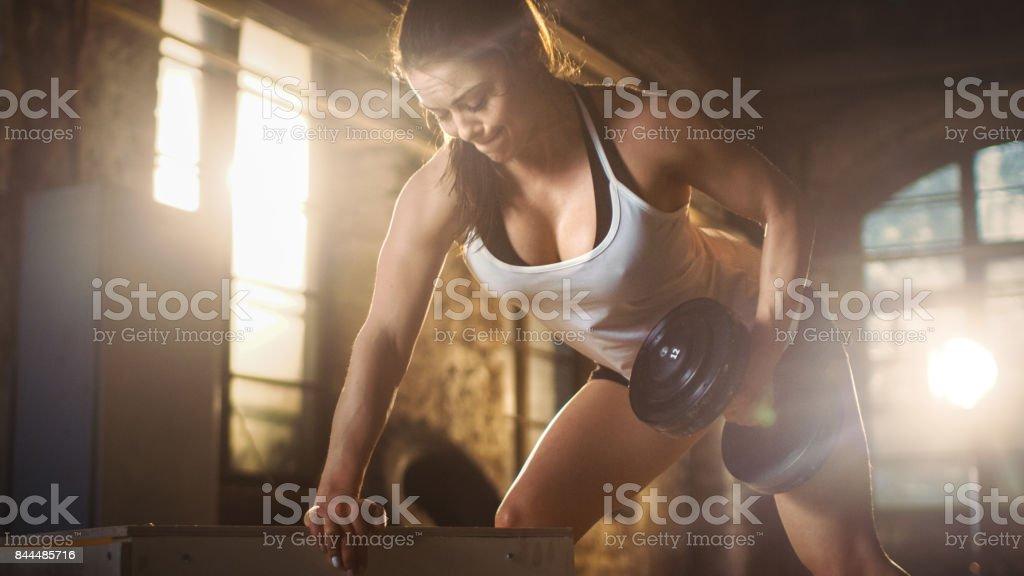 Forte femme athlétique fait exercice de développé couché haltère dans le cadre de son exercice de Gym musculation Fitness Croix. - Photo