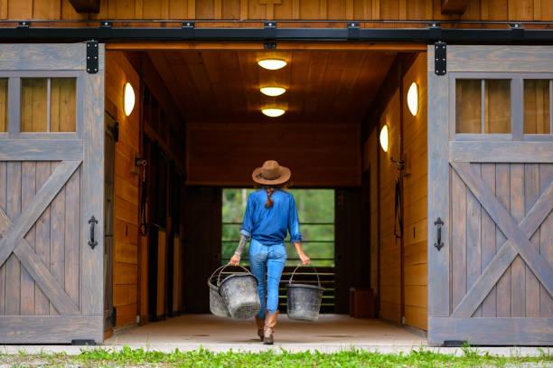 Starke Bäuerin arbeitet auf ihrer Ranch – Foto