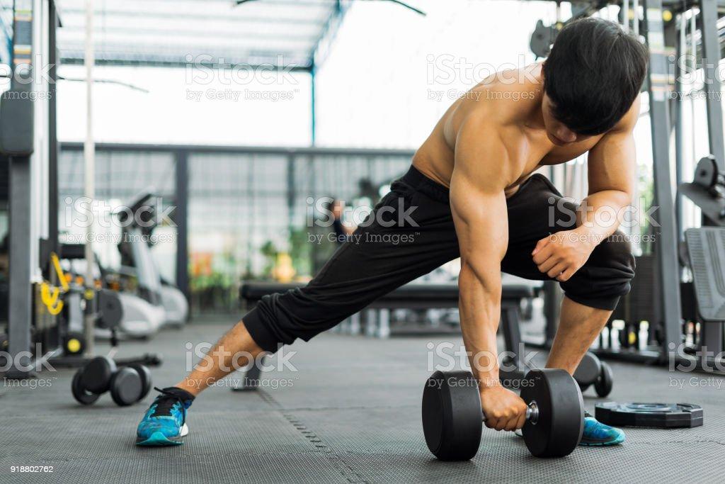 starke Fitness Mann posiert muskulösen Körper und Übungen für Bodybuilder im Fitness-Studio, Fitness-Konzept, Sport-Konzept – Foto