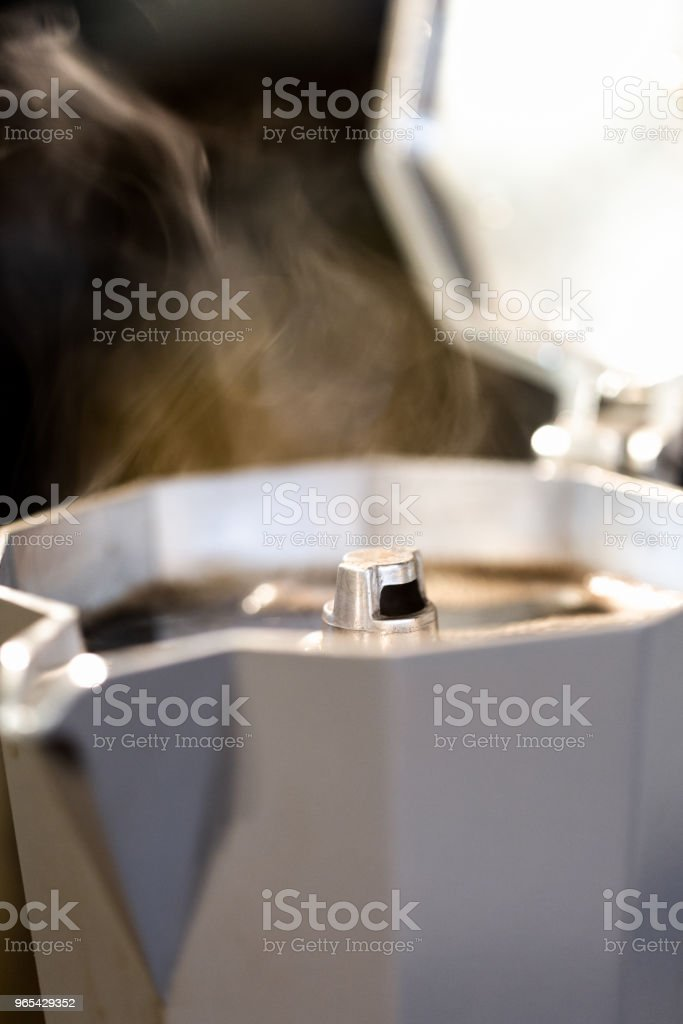 濃郁的新鮮蒸咖啡, 義大利風格的 cafetiere。 - 免版稅享受圖庫照片