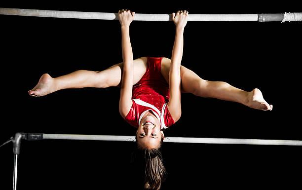 Starke Leistung Mädchen Ausübung auf unebenem bars. – Foto