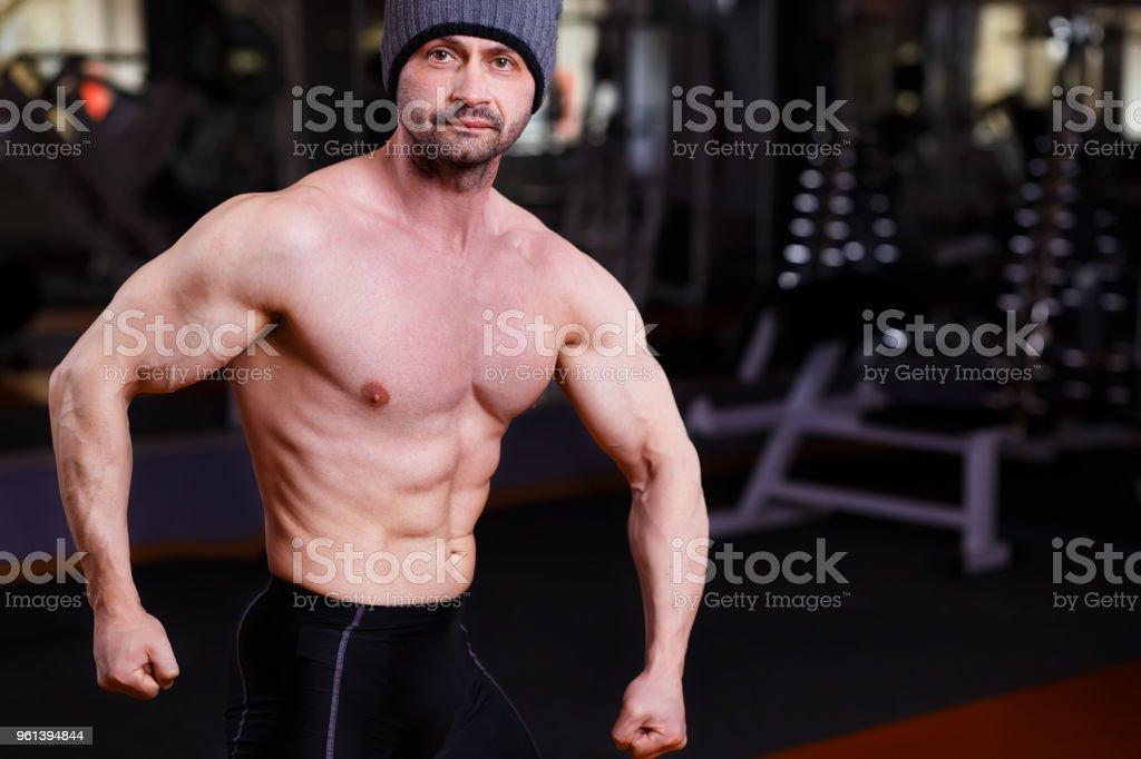 3d5350b4f5407c ジムでポーズをとって大きな筋肉男をリッピング強い健康な成人 ロイヤリティ