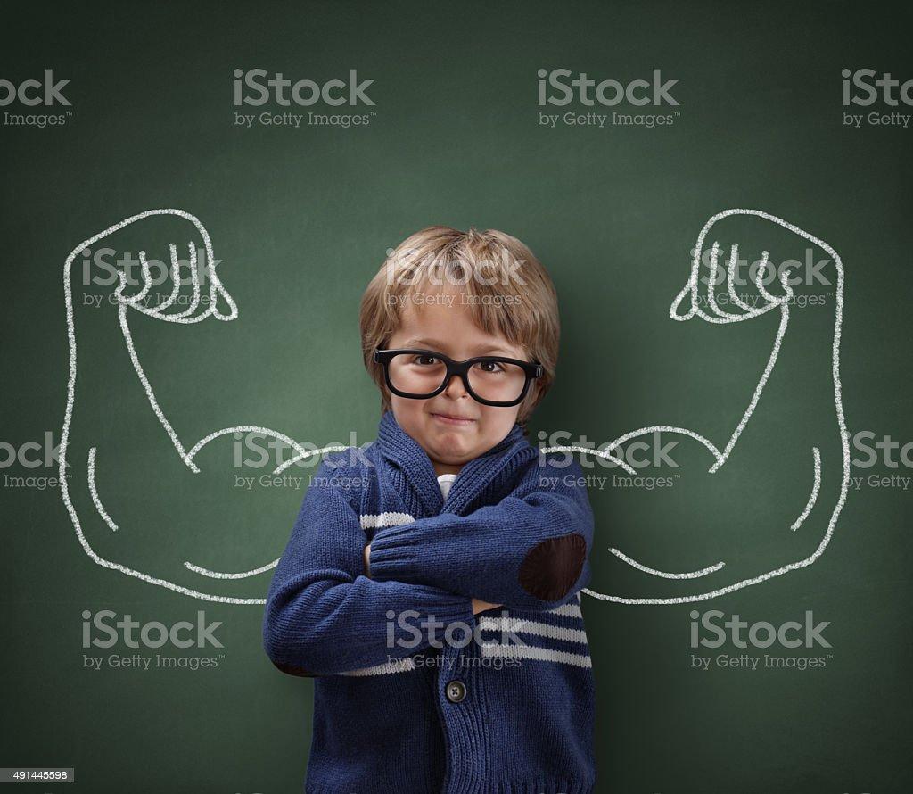 Homem forte crianças mostrando bíceps músculos - foto de acervo