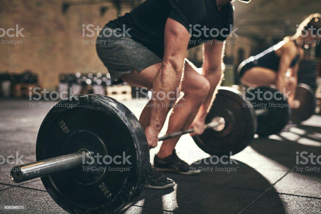 Hombre fuerte haciendo peso muerto con entrenamiento en gimnasio foto de stock libre de derechos