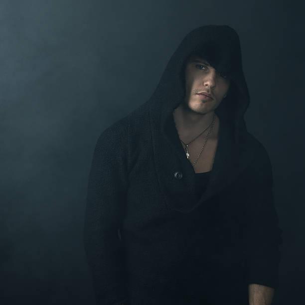 starker mann im schwarz hoodie - ruhegebet tattoo stock-fotos und bilder