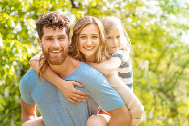 Starker Mann Unterstützung seiner Familie mit Frau und Sohn Huckepack – Foto