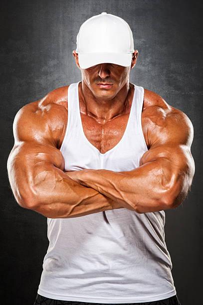 hombres fuertes - hombres grandes musculosos fotografías e imágenes de stock
