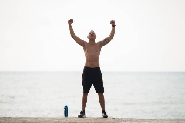 starken muskulösen mann zeigt seine macht - gott sei dank stock-fotos und bilder