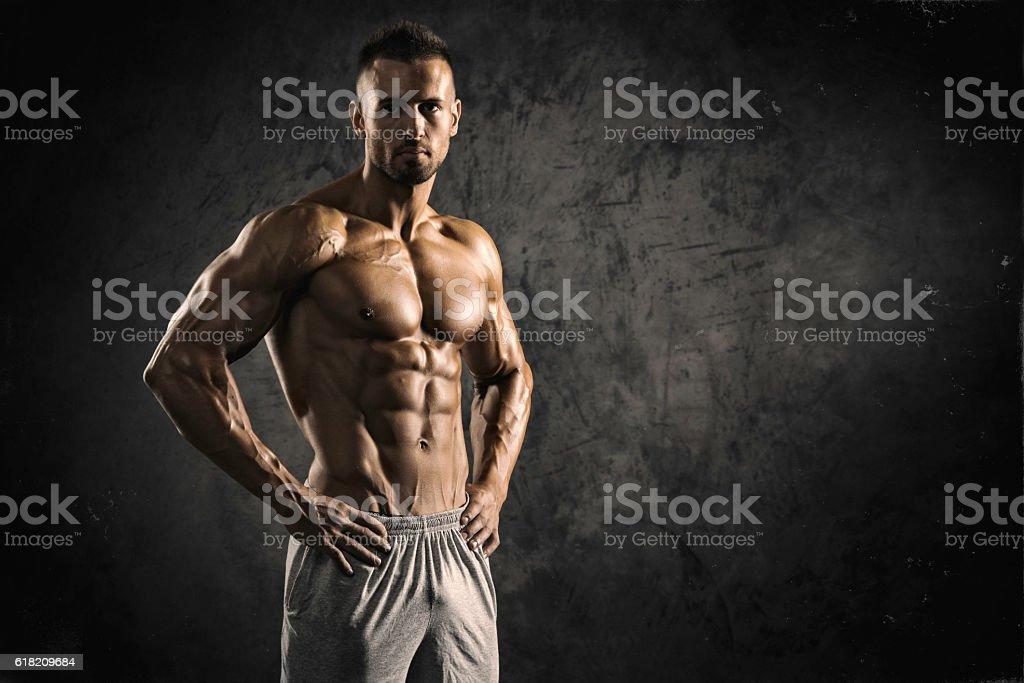 Muscolare uomo forte - foto stock