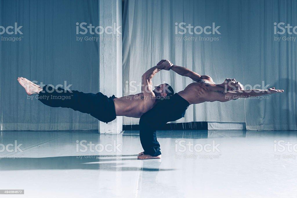 Starke Zusammenarbeit mit zwei Akrobaten unterstützen einander – Foto