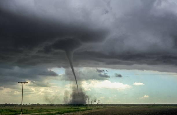 sterke tornado over de vlakte van oost-colorado - tornado stockfoto's en -beelden