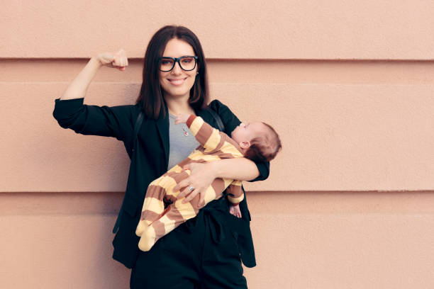 Starke Frau in Business Outfit Holding Baby – Foto