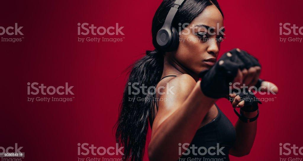 Starke junge Frau, die sich darin üben, Boxen – Foto
