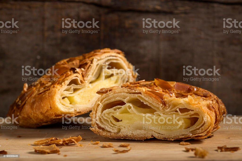 Apfelstrudel mit Mandeln und Vanille-Eis – Foto