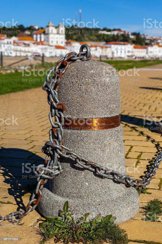 Talon de postes liés à une chaîne sur un quai photo libre de droits
